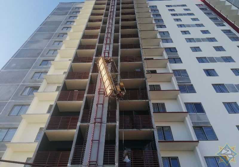 Люлька с рабочими на стройке шестнадцатиэтажки опрокинулась в Витебске