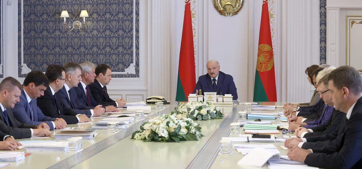 Лукашенко о зачистке неправительственных организаций: там тысячи людей работают с повернутыми, промытыми за чужие деньги мозгами