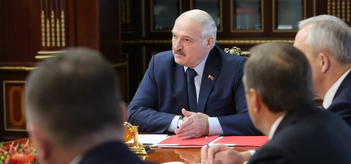 Лукашенко о женах белорусских спортсменов: Сидят и тыкают в эти айфоны. И все — за БЧБ