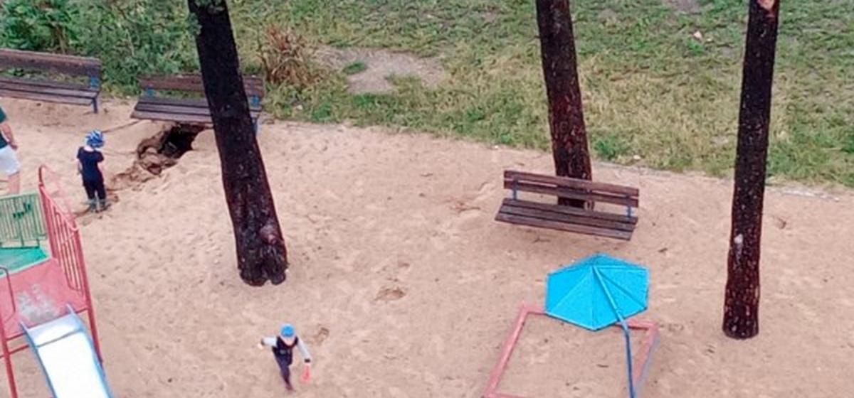 Дождь подмыл детскую площадку у нового дома в Барановичах. Образовалась глубокая яма