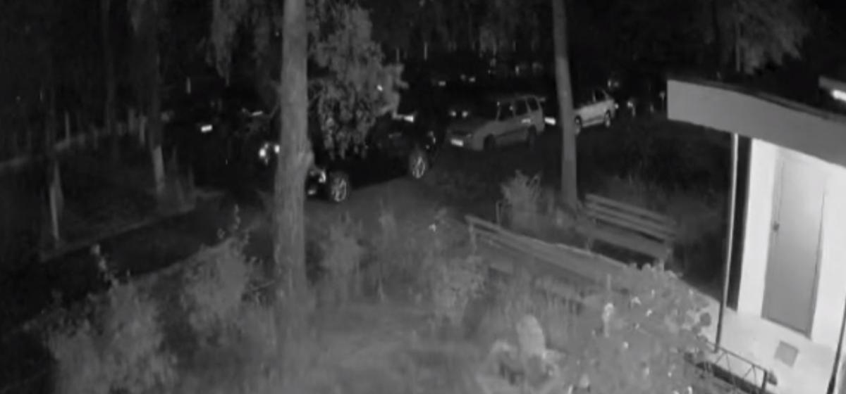 Милиция разыскивает подростков, забравшихся в Барановичах на чужое авто. Видео