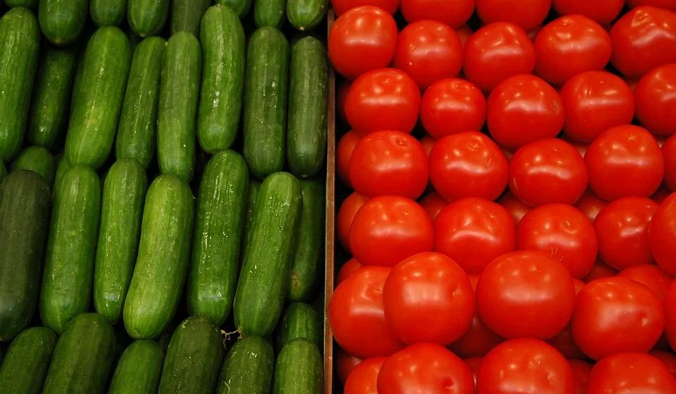 Овощной дефолт: огурцы и помидоры в Ольшанах выбрасывают на свалку или скармливают скоту? Видео