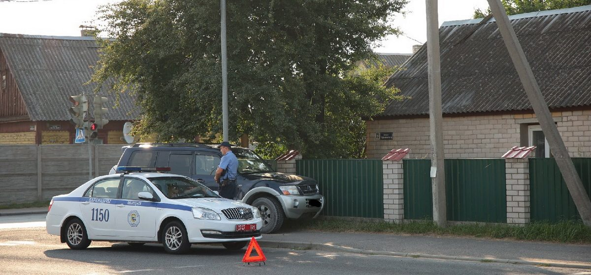 После столкновения с автомобилем милиции Mitsubishi въехал в столб