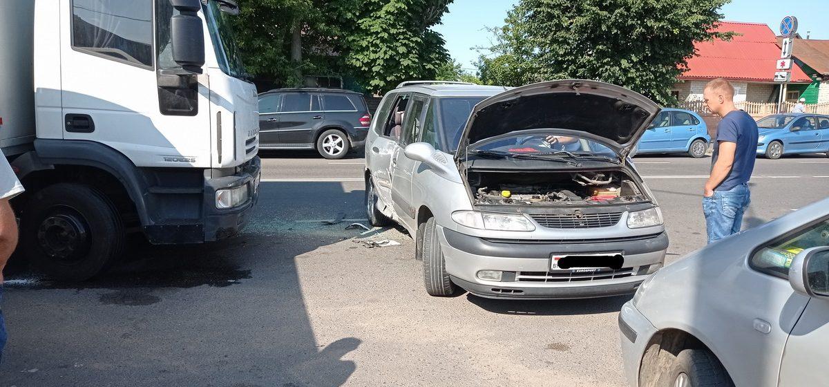 Renault и грузовик столкнулись у рынка в Барановичах