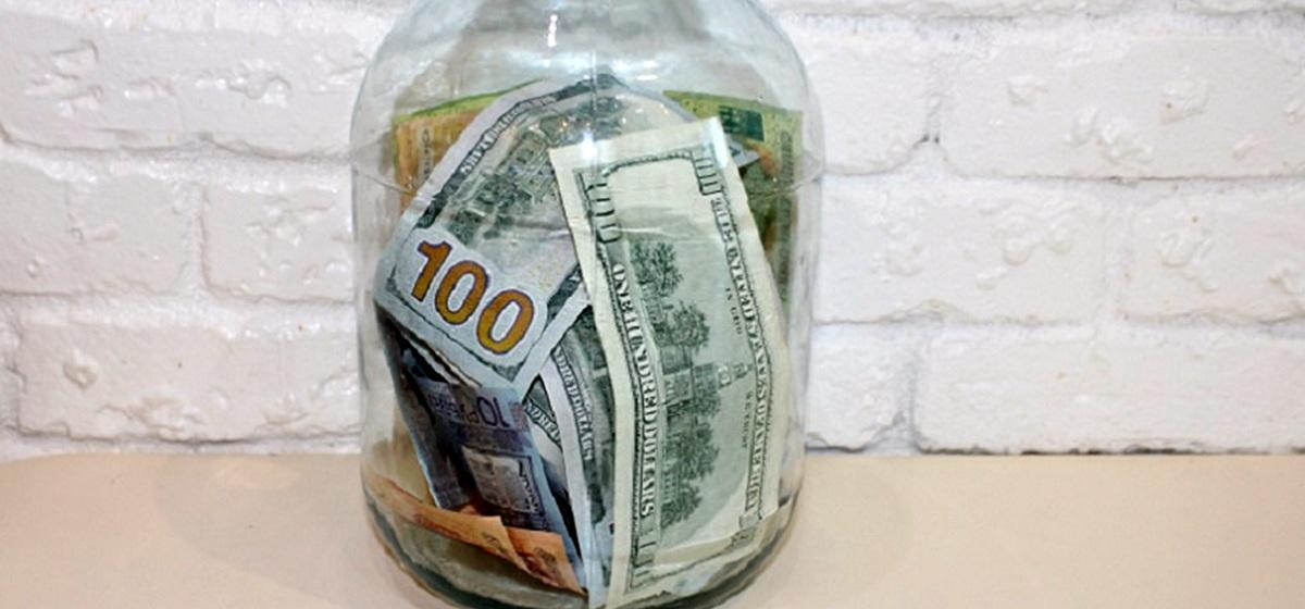 Хранил деньги в трехлитровых банках. Почти 200 тысяч рублей украли у жителя Барановичей
