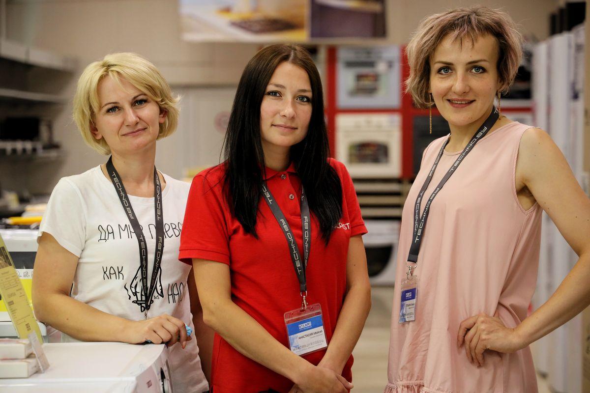 Работники магазина TECHNO: Александра Полещук, Анастасия Смирных и Татьяна Живула. Фото: Никита ПЕТРОВСКИЙ