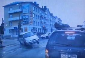 На красный сигнал. Появилось видео ДТП с участием четырех авто в Барановичах