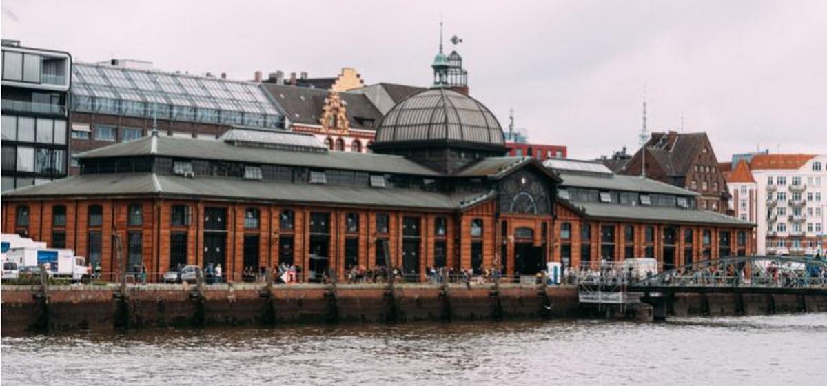 После долгого перерыва открылся знаменитый гамбургский рыбный рынок*