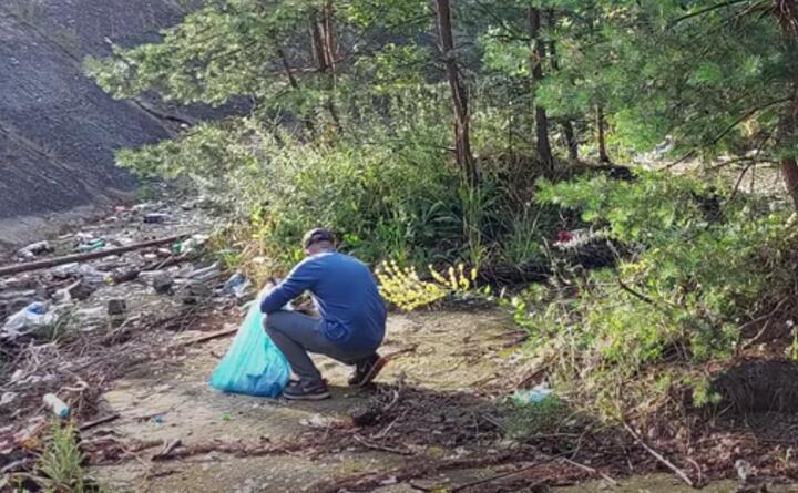 Польские власти искали мужчину, который просто так убирал лес. Оказалось, это белорус