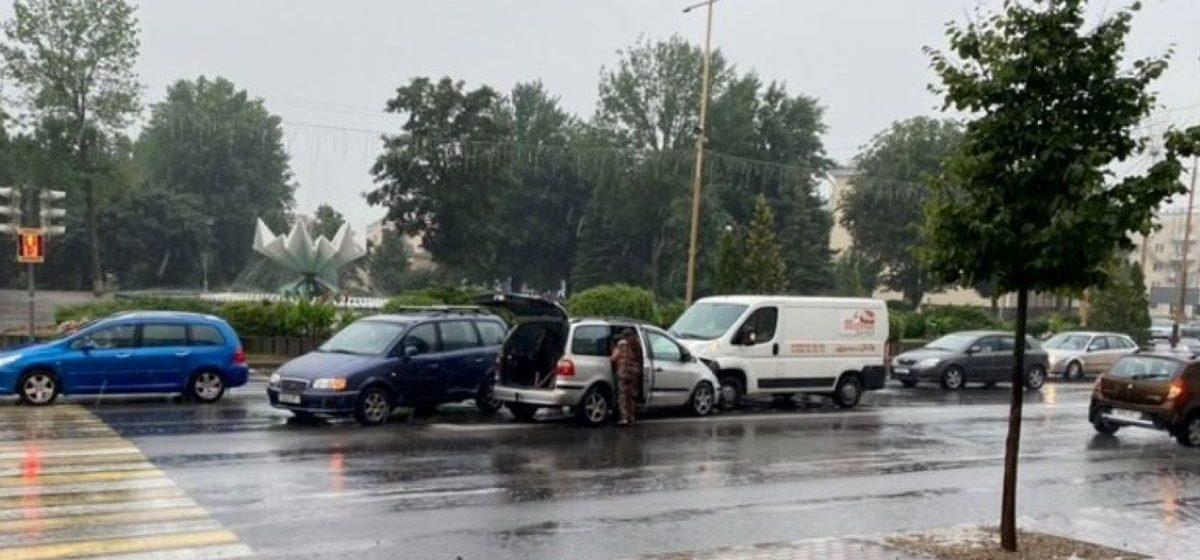 Четыре автомобиля столкнулись в дождь в центре Барановичей. Фотофакт