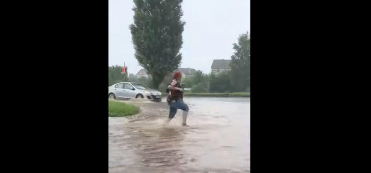 По колено в воде. Как сильный дождь снова затопил Барановичи. Видео