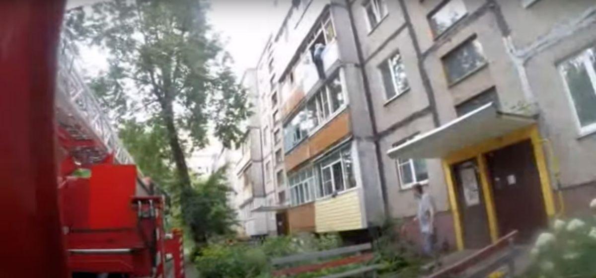 В Гомеле 80-летний мужчина сорвался с балкона и висел на нем до приезда спасателей