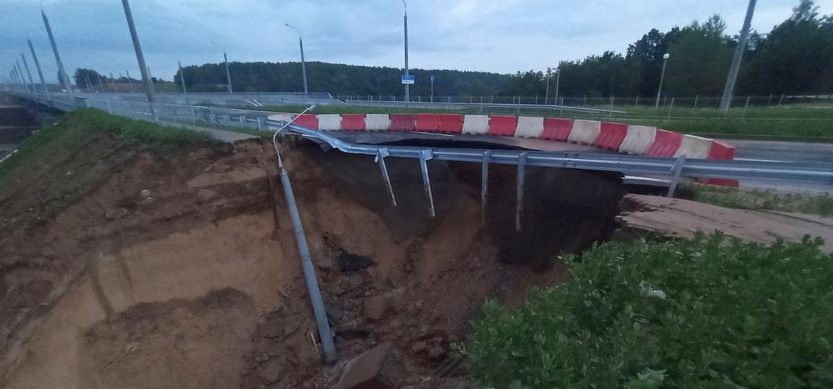 На новой дороге в Гродно обвалился грунт, рухнул столб, часть асфальта и тротуара