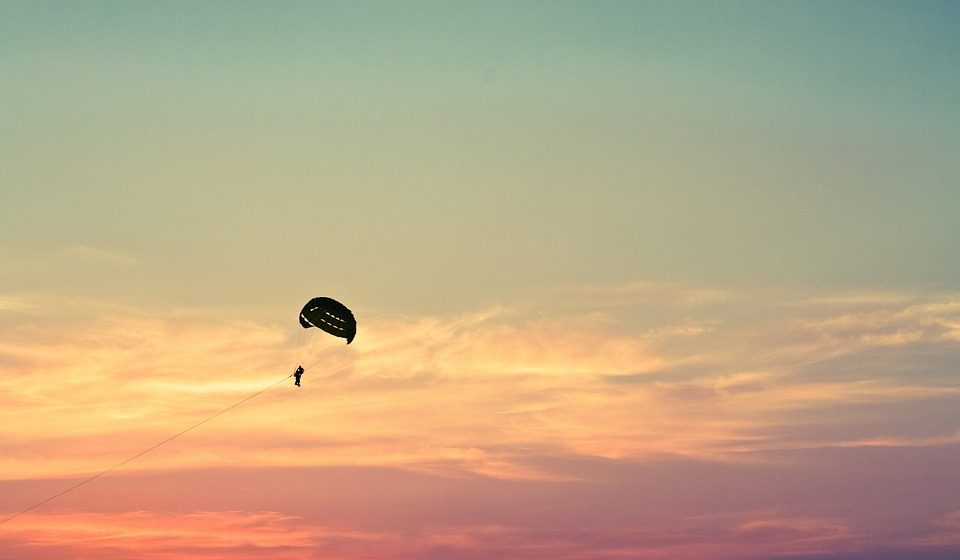 Британскому солдату очень не повезло: у него не раскрылся парашют, а потом повезло — он пробил крышу дома и избежал серьезных травм. Видео