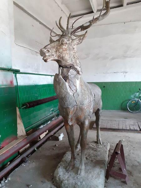 Так выглядит статуя оленя после транспортировки. Фото: lves.by