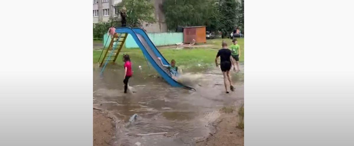 С горки – в лужу! Дети резвятся в воде после сильного ливня в Барановичах