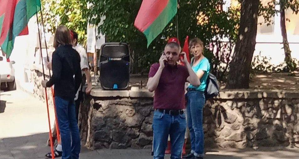 Драка у посольства Беларуси в Киеве: напали на людей с красно-зелеными флагами. Видео