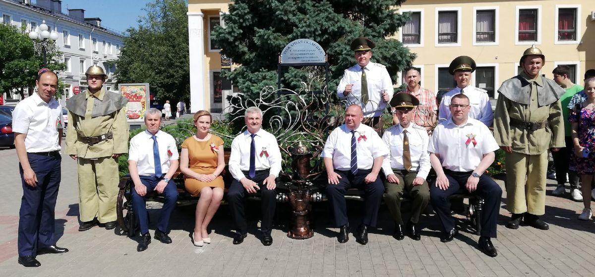 «Пожарную скамейку» торжественно открыли в Барановичах. Обещают, что она убережет дом от несчастья