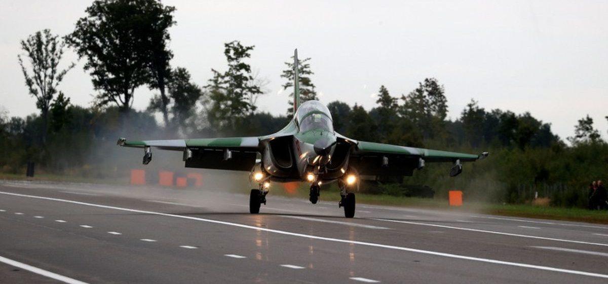 Военные белорусские самолеты приземляются на дорогу. Фотофакт