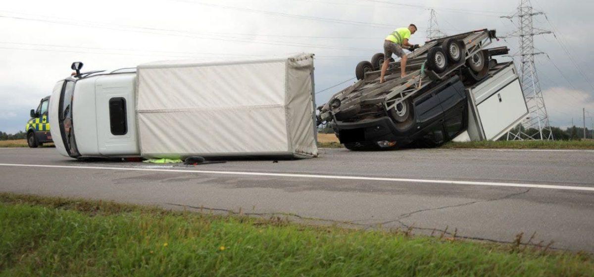 Из-за сильного ветра под Барановичами перевернулся автомобиль, перевозивший другую машину