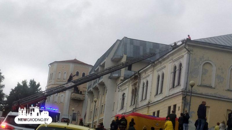 Девятилетняя девочка забралась на крышу в Гродно и хотела спрыгнуть. Понадобилась помощь спасателей и врача