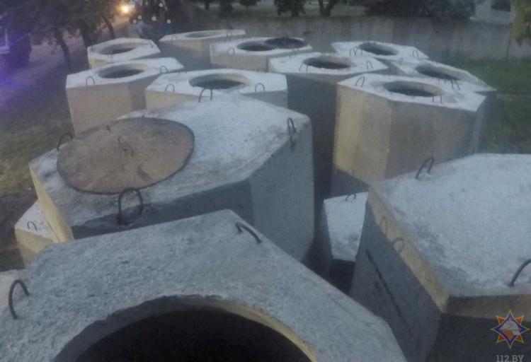 Нога 8-летнего мальчика застряла между бетонными формами в Барановичах. Понадобилась помощь спасателей