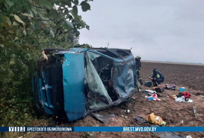 В Березовском районе перевернулся автомобиль — пострадал водитель и трое детей