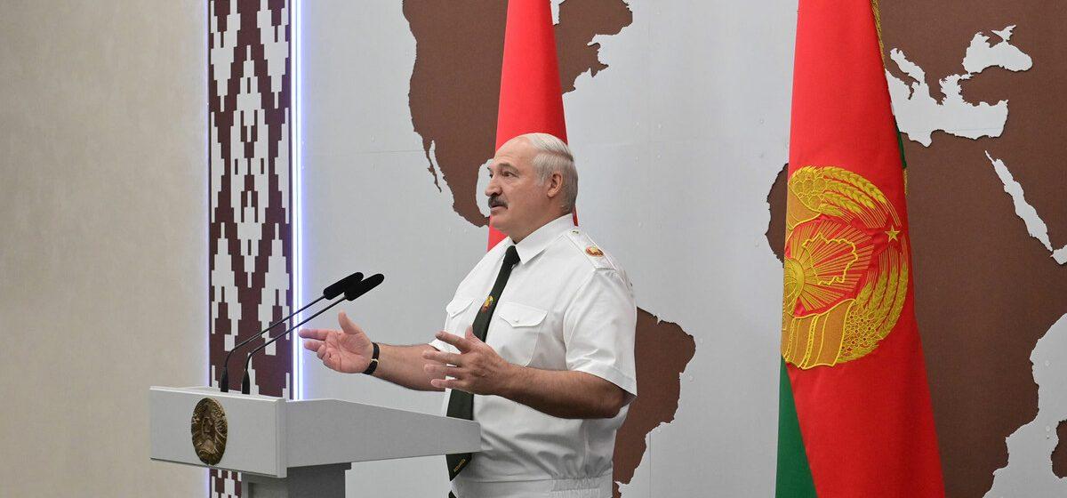 «Вы выстояли, как наши деды в 45-м». Лукашенко наградил силовиков