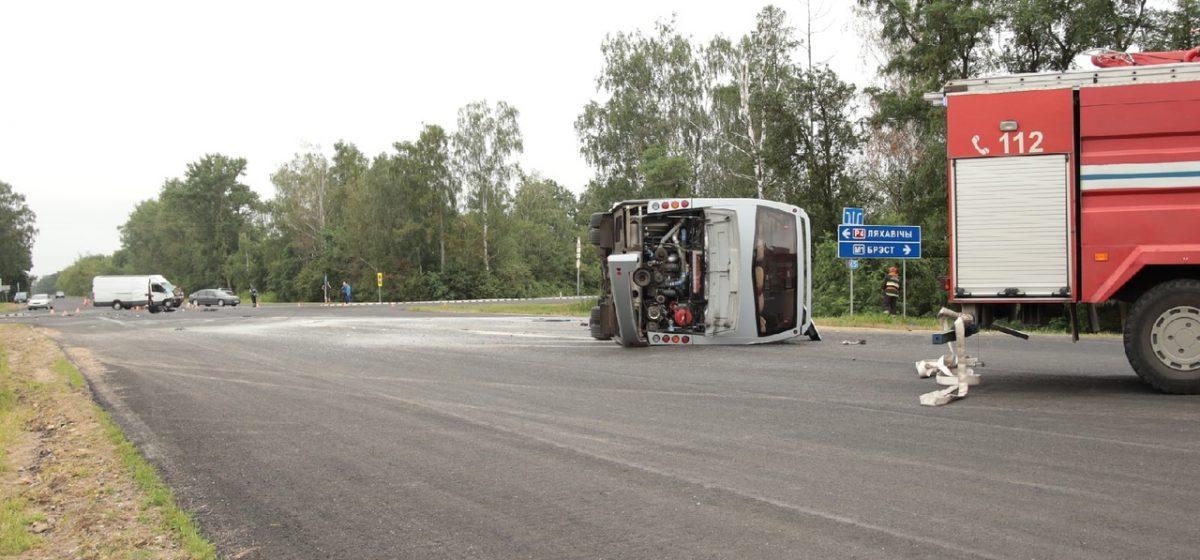 Автобус перевернулся под Барановичами. Всех пассажиров и водителей увезли в больницу