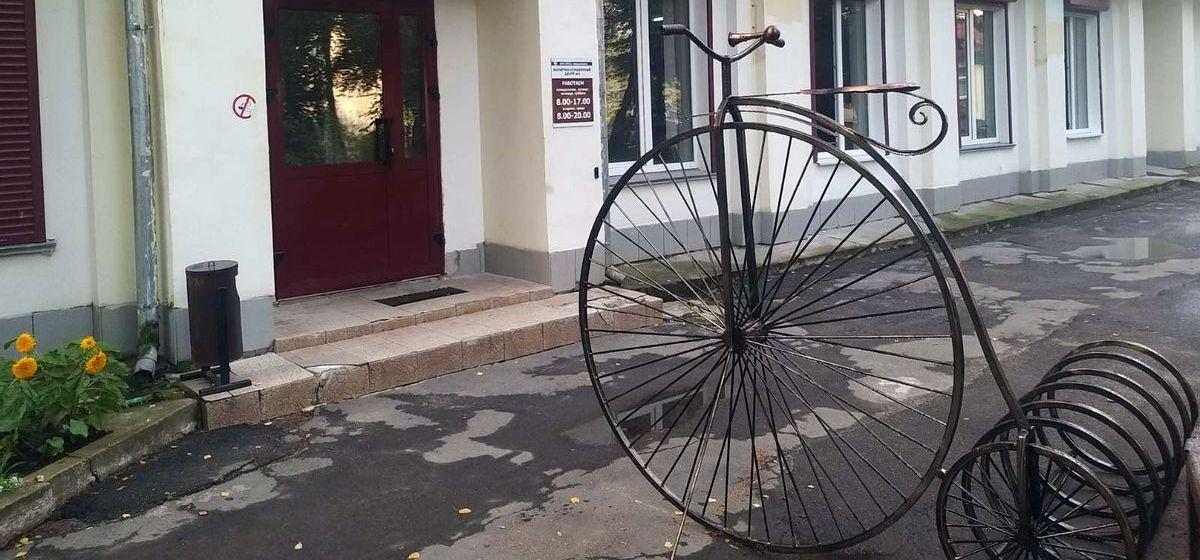 Необычная велопарковка в форме ретровелосипеда появилась в Барановичах