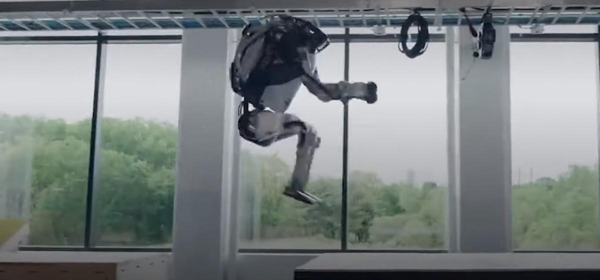 Смотрите, как роботы занимаются паркуром. Они даже могут делать сальто! (видео)