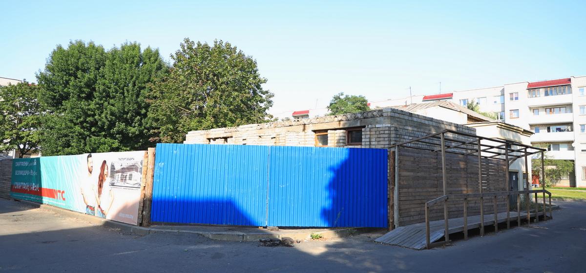 Что происходит с заброшенным зданием в центре Барановичей, которое закрыли на реконструкцию. Фотофакт