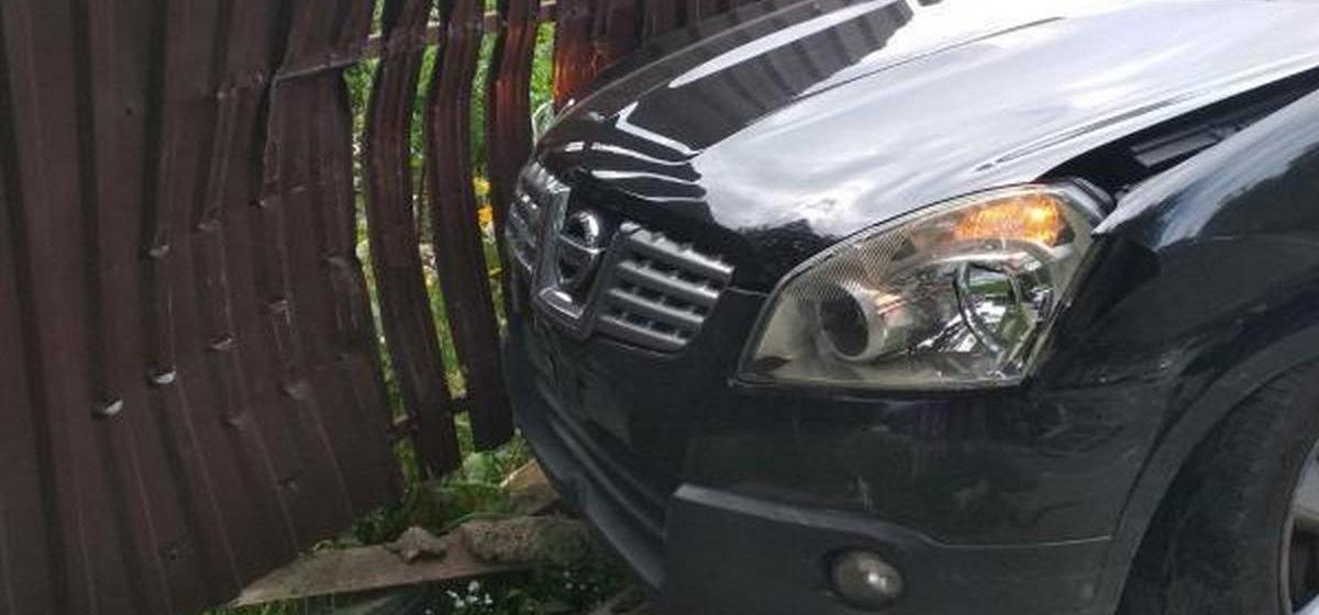 Две легковушки не разминулись на перекрестке в Барановичах. Одна из них вылетела на тротуар