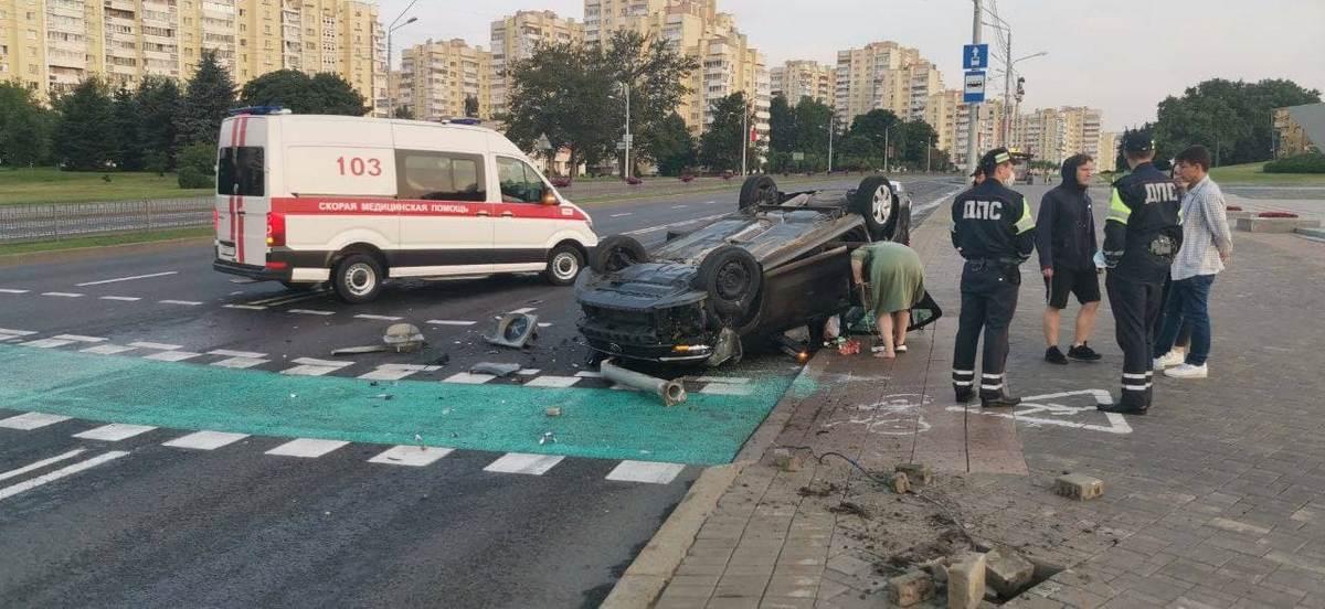 Машина влетела в светофор и перевернулась в Минске. За рулем была пьяная бесправница