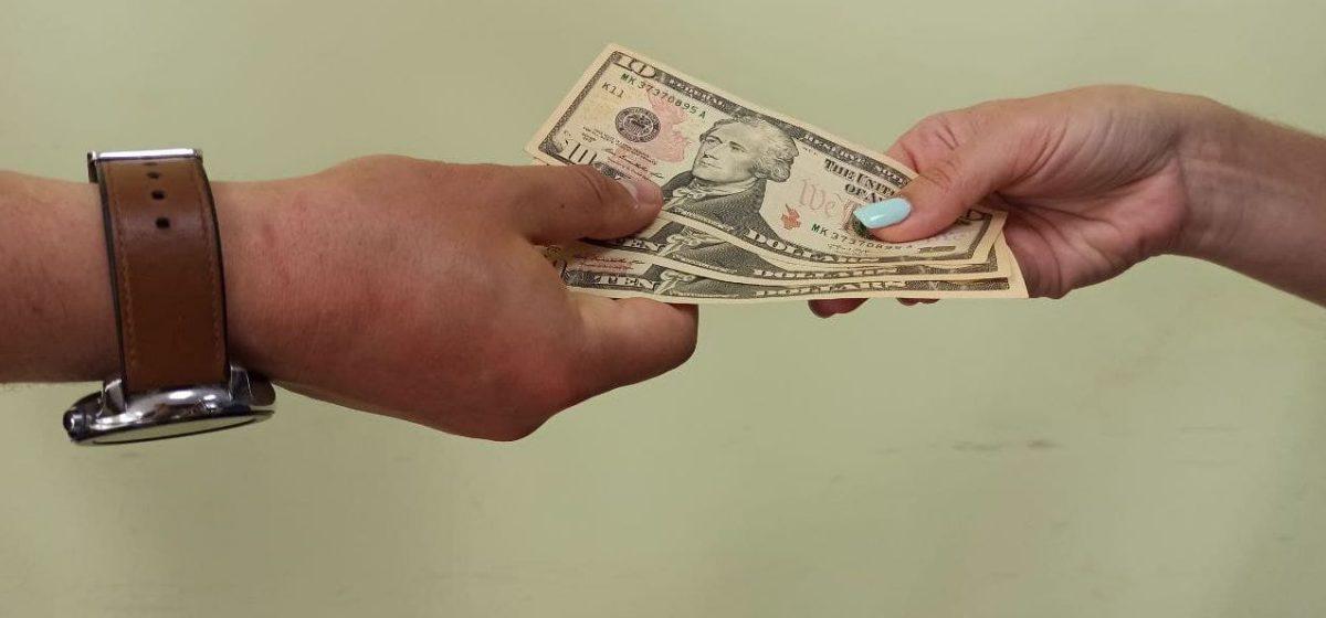 Житель Барановичей занимал у знакомых «на развитие бизнеса», а деньги проигрывал. Долг составил около 90 000 рублей