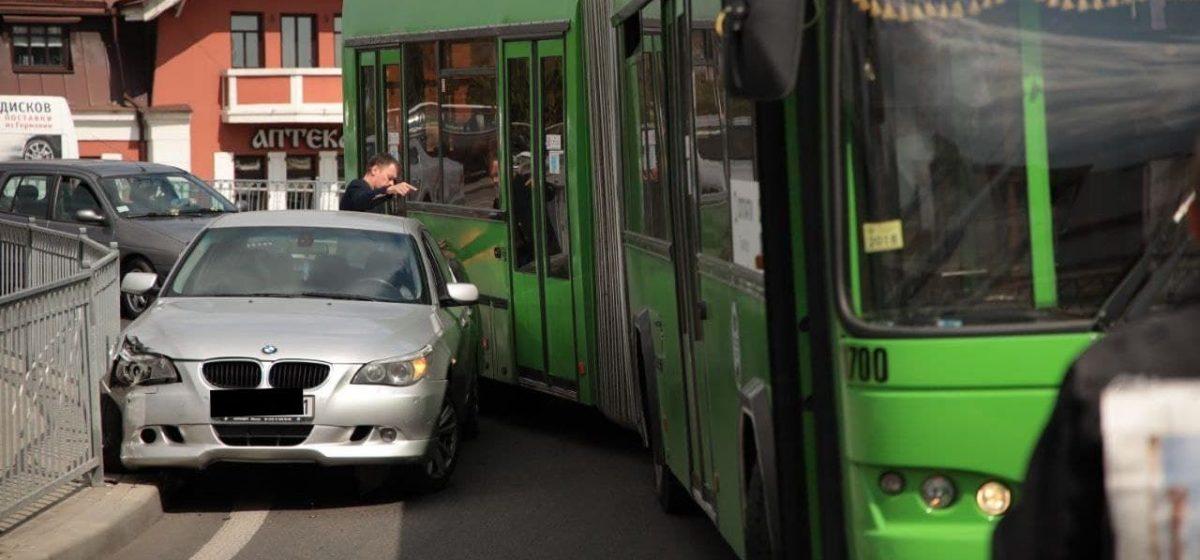 BMW въехал в забор на путепроводе в Барановичах