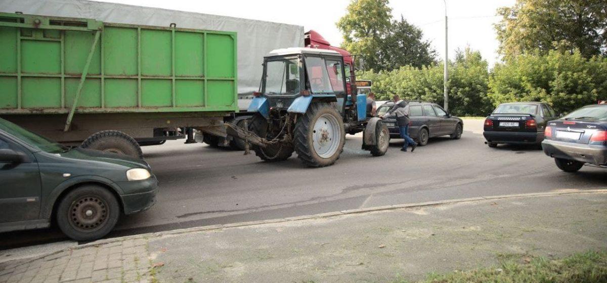 Трактор въехал в автомобиль в Барановичах