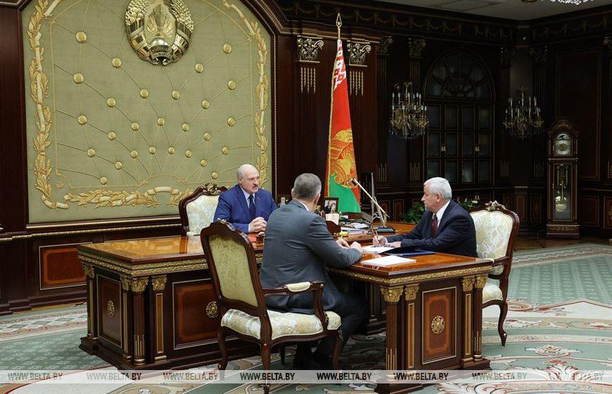 «Сядут, и надолго». Лукашенко заявил о «западных шпионах» на белорусских заводах, которые сливают информацию об обходе санкций