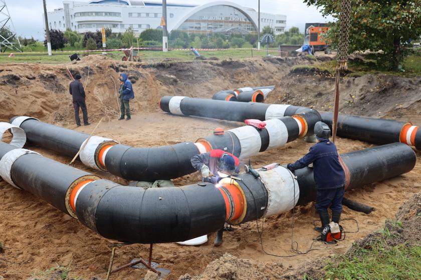 Как ведут трубы к новому микрорайону Северный-2, из-за которых отключили горячую воду в Барановичах. Фоторепортаж
