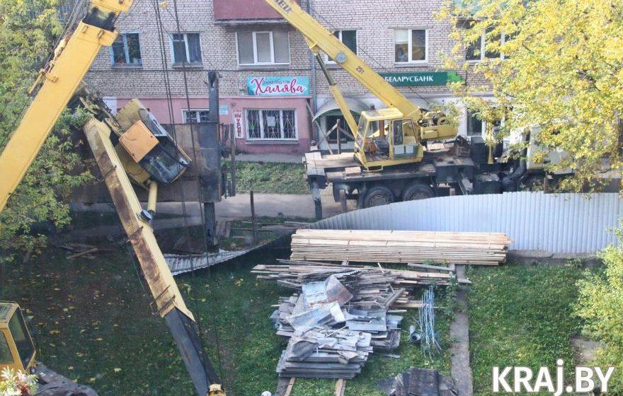 Во время ремонта жилого дома в Молодечно упал автокран. Фотофакт