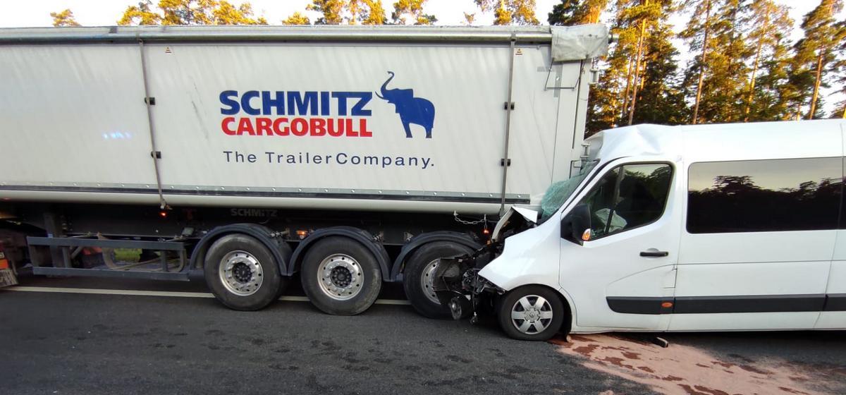 Бус с белорусами влетел в фуру в Польше. Пострадали 6 человек