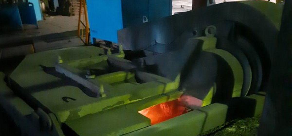 Двух рабочих залило раскаленным металлом на предприятии в Лунинце