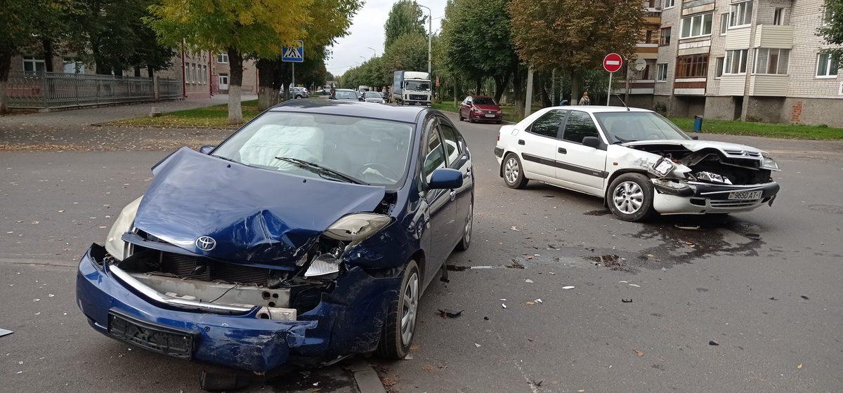 Toyota выбросило на тротуар после столкновения с Citroën в Барановичах