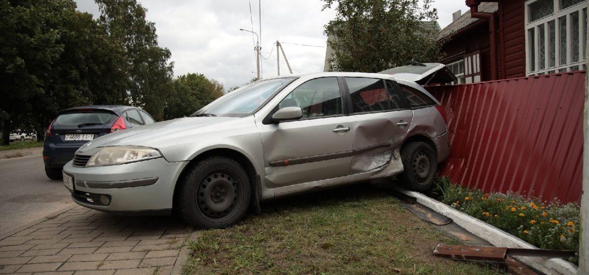 Автомобиль отбросило на забор во время ДТП в Барановичах
