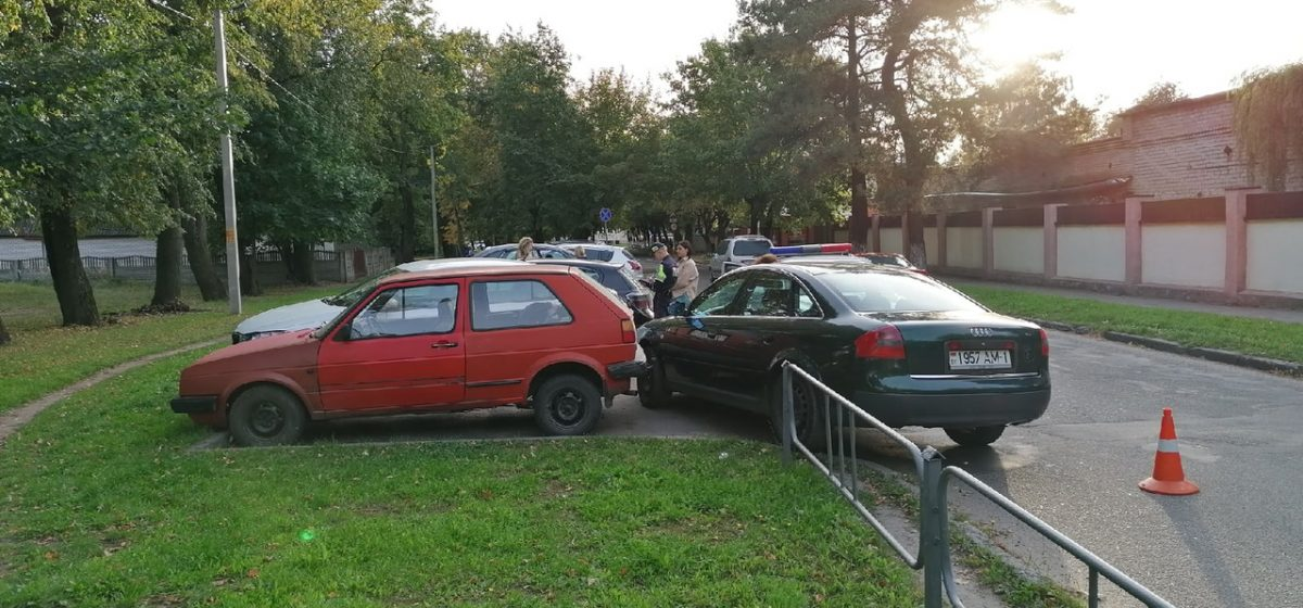 Необычное ДТП. Женщина на Ауди протаранила три припаркованных автомобиля в Барановичах