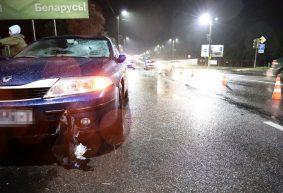 Мужчина, попавший под машину в Барановичах, умер