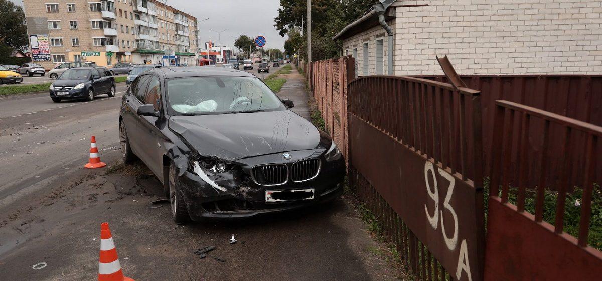 BMW вылетел на тротуар после столкновения с такси в Барановичах