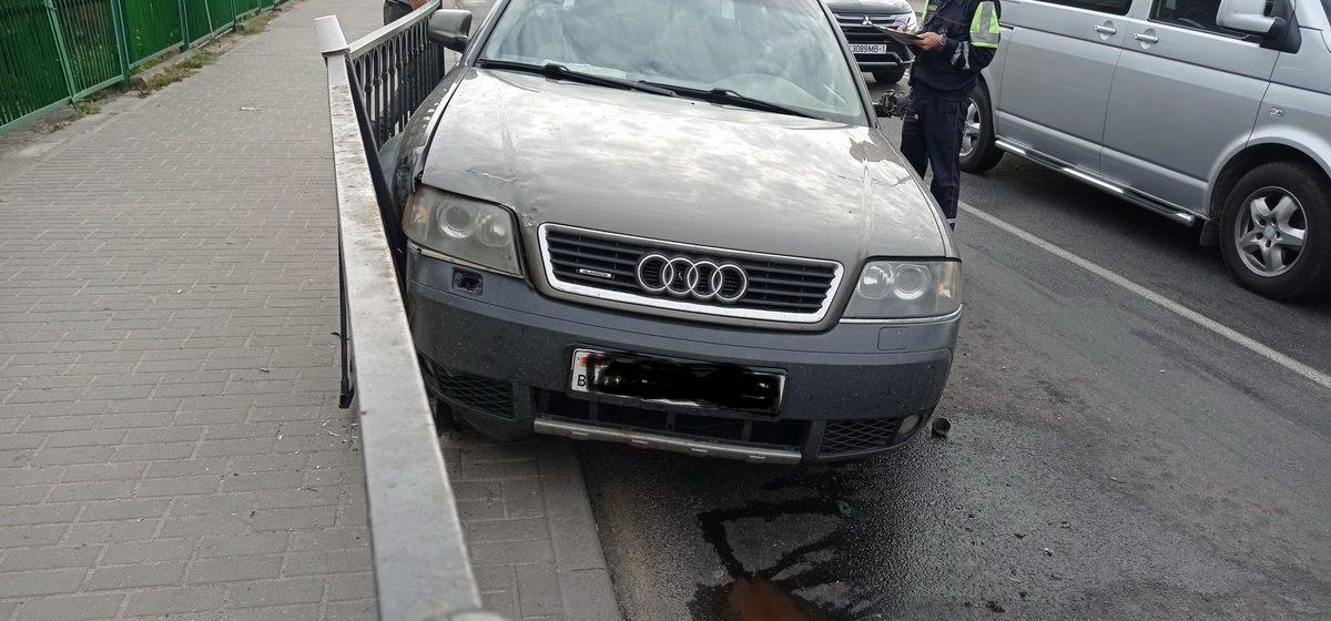 После столкновения с МАЗом Audi снесла забор