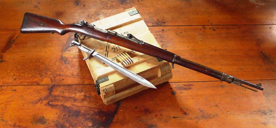 Действующий карабин системы Маузер и винтовку Мосина нашли под крышей дома на Гродненщине