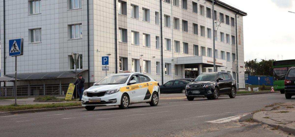 Автомобиль Джили «догнал» такси на пешеходном переходе в Барановичах